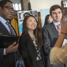在一次招聘会上,三个学生和招聘人员围坐在桌子旁交谈.