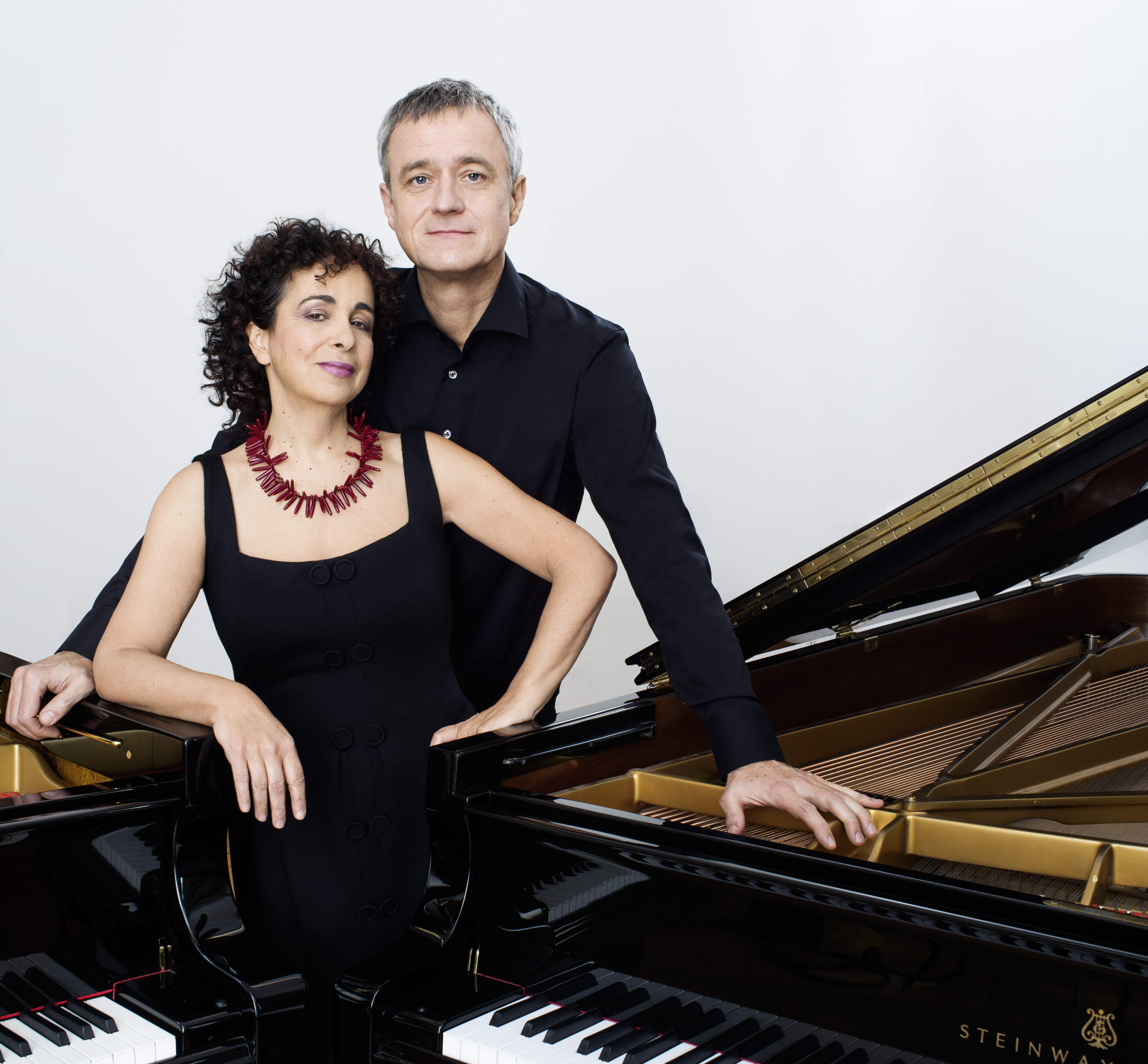 Duo Tal & Groethuysen standing between 2 pianos