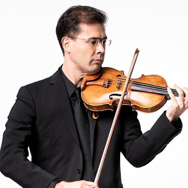 Tomo Keller playing the violin