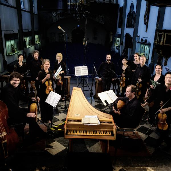 The members of Concerto Köln gathered around a harpsichord