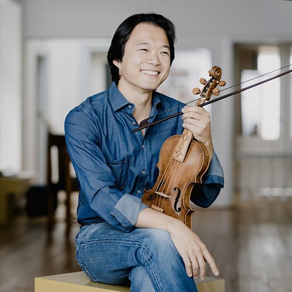 Shunske Sato holding violin