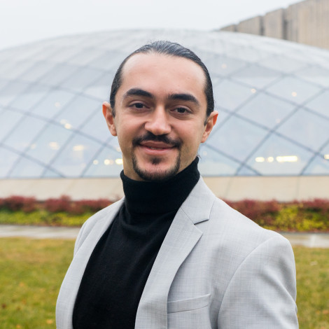 Portrait of Ozan Beran Akturan outside of the glass dome of Mansueto Library.